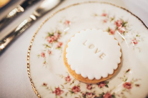 Iced cookie favour Photo: Sarah Ellen Bailey - The Confetti Cakery