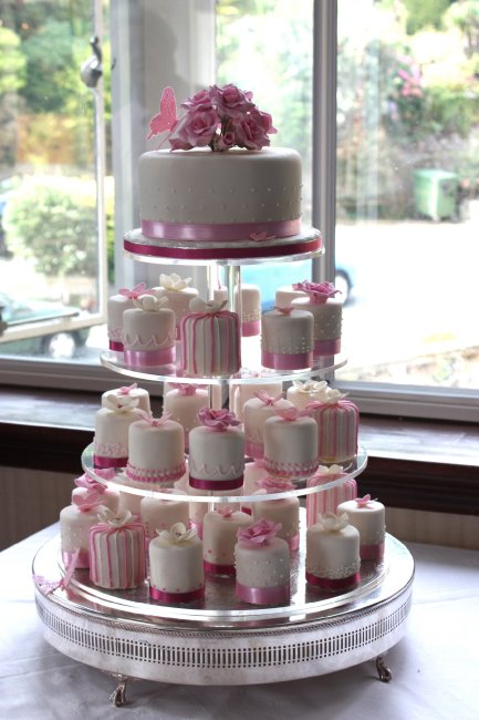 Single tier wedding cake with individually iced round cakes