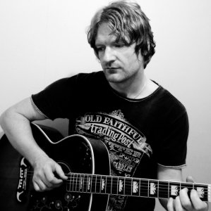 Loz - Acoustic Guitarist Vocalist